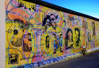 East Side Gallery - Amour, Paix von Hervé Morlay - Berlin bei Nacht