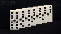 repeticion 31-52 (Juan R. Velasco) Tags: bodegon domino repeticion