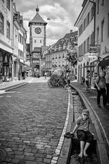 Se rafraîchir (CrËOS Photographie) Tags: freiburgimbreisgau allemagne ville rue eau garçon urbain architecture perspective monochrome