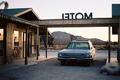 (fritz london) Tags: pentaxmx smcpentaxm50mmf17 kodakektar100 35mm color film classic car lakelosangeles california fouracesmovieset desert motel