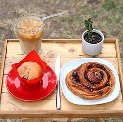 The clouds may have arrived but we are still loving these refreshing iced lattes with fresh muffins and morning pastries  what's your usual pastry of choice? 🤔 . #bombompatisserie #pastry #icedcoffee #icedlatte #refresh #thursdayvibes (bombompatisserie) Tags: loughborough cake cafe bom patisserie