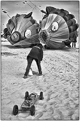 Prêt pour le départ !! (Des.Nam) Tags: nordpasdecalais bw blackwhite monochrome mono cerfsvolants plage sable personne people desnam hautsdefrance berck skate fuji fujifilmxpro1 xprostreet fujinon