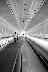 tunnel walk (Rien van Voorst) Tags: streetphotography straatfotografie strasenfotografie fotografíacallejera photographiederue fotografiadistrada monochrome city urban highcontrast fuji xt20 symmetry tube tunnel rotterdam