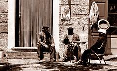 Conversazione (gianclaudio.curia) Tags: bianconero blackwhite pellicola kodaktrix kodak rodinal sviluppo agfa cameraoscura cartafotografica ilford ingranditore meoptaopeusiii innamoramento