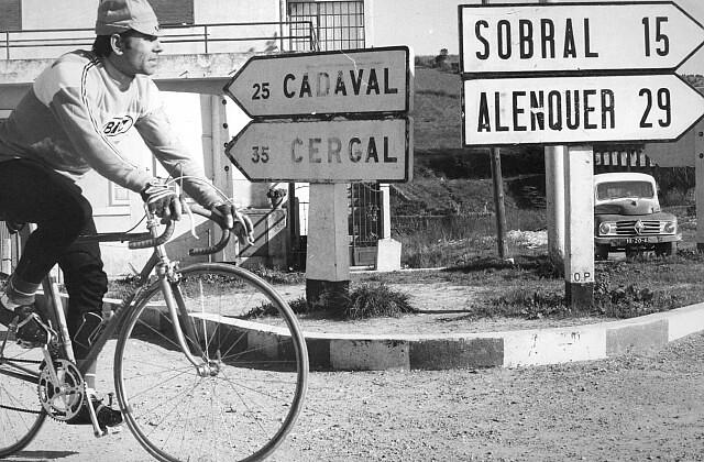 Joaquim Agostinho em treino durante a Volta a Portugal  em Bicicleta de 1973. Foto d' «A Capital», in «Desenvolturas e Desacatos»