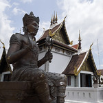 Estatua en bronce de Buda en el Templo Chedi Luang, Chiang Mai, Tailandia thumbnail