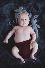 Laurens (YelennaPhotographie) Tags: bébé babies baby couleurs newborn nouveau né chapeau accessoires portrait regard yeux face bleu photographe canon 60d noeud papillon panier lapin oreilles couche