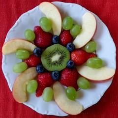 Obstmandala / Mandala of fruit (ursula.valtiner) Tags: obst fruit kiwi apfel apple erdbeeren strawberry heidelbeeren blueberries weintrauben grapes