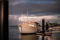 Yamba - at the pier (Rafael Zenon Wagner) Tags: boot fluss sonnenuntergang licht spiegelung pier steg wolken australien nikon d810 28mm boat river sundown light reflexion dock jetty clouds australia