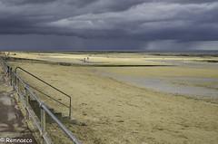 Nuages menaçants et plage ensoleillée (Remnaeco35) Tags: lucsurmer mer normandie plage pentaxk5 nuages ciel gris paysage