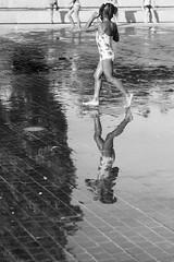 Simetría (iciargarciaovies) Tags: madrid fuente verano niño agua reflejo simetría