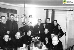 tm_4598 - Mjölby 1943 (Tidaholms Museum) Tags: svartvit positiv gruppfoto människor soldat mjölby festligheter 1943