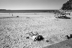 lovers, Manly beach, Sydney, winter 2018  #806 (lynnb's snaps) Tags: barnack iiif manly trix xtol beach film rangefinder 2018 winter leica street 35mm bw kodakxtoldeveloper manlybeach sydney australia coast kodaktrix400bwfilm bianconero bianconegro blackandwhite blackwhite biancoenero blancoynegro noiretblanc schwarzweis monochrome ishootfilm leicafilmphotography rangefindercameras rangefinderphotography cv21mmf4colorskoparltm lovers couple sunbaking