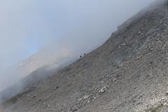 deux personnes qui montent sur le Sasseneire (bulbocode909) Tags: valais suisse coldetorrent valdhérens valdanniviers evolène moiry grimentz sasseneire brume randonneurs montagnes nature paysages