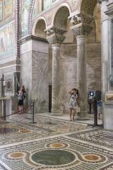 Voglio vederci chiaro! (drugodragodiego) Tags: ravenna emiliaromagna italy basilica church italianchurch mosaici people turisti fuji fujifilm fujifilmx100t architecture