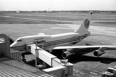 not everyday to see...B 747 SP short (Drehscheibe) Tags: blackwhite flugzeug hp5plus airport 35mmfilm nikonf2 analog