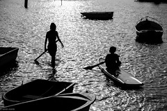 Ein Tag am Meer... (hobbit68) Tags: people menschen spanien espana spain andalucia andalusien water wasser meer beach playa strand sun sonne sunset boats boote ruder fujifilm xt2 holiday summer urlaub blackwhite schwarzweis