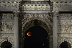 L'arco, la luna e Marte (forastico) Tags: forastico d7100 luna eclissi lunarossa marte milano lombardia arcodellapace eclissidiluna lunadisangue