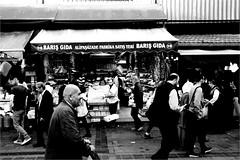 spi_325 (la_imagen) Tags: türkei turkey türkiye turquía istanbul istanbullovers sw bw blackandwhite siyahbeyaz monochrome street streetandsituation sokak streetlife streetphotography strasenfotografieistkeinverbrechen menschen people insan eminönü market bazaar
