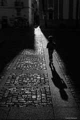 Indagar (AvideCai) Tags: avidecai bn blancoynegro calle ciudad luz tamron2470 cádiz vertical gente