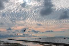 Abend am Meer (AxelN) Tags: kitesurfer deutschland meer eveninglight water eveningmood evening nordsee sea abendstimmung niedersachsen northsea germany neuharlingersiel ostfriesland sky abend himmel wasser wolken clouds