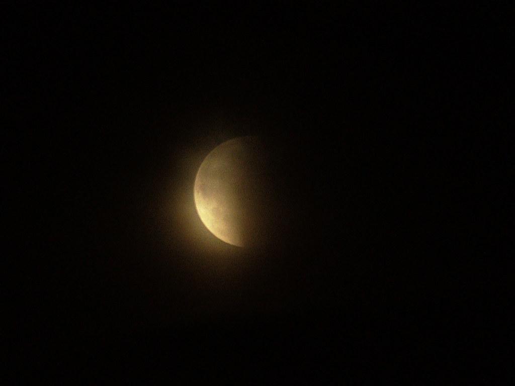 фото: Начало лунного затмения 2018