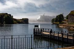 Paquebot dans la brume (Lucille-bs) Tags: europe finlande helsinki suomenlinna île paquebot brume jetée mer eau paysage