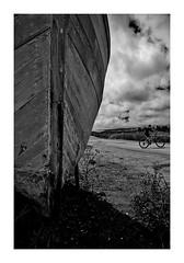 le vélo et le bateau (Marie Hacene) Tags: nirmoutier bateau ile vendée france coque vélo bicyclette cycliste noiretblanc