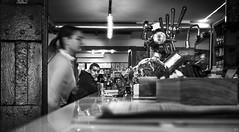 Barra de un bar (Joaquín Mª Crespo) Tags: byn blackwhite bw blackandwhite blancoynegro bares monocromo peek streetphoto street leica summicron35mmasph