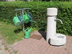 Gießkannen Sammel-Station auf dem Friedhof (Bea tedo) Tags: gieskanne kanne wateringcan friedhof grün sammeln