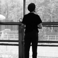 Elle au musée (_ Adèle _) Tags: bruxelles portrait femme backshot béret fenêtre vision rêve nb noiretblanc monochrome bw blackandwhite kanalcentrepompidou