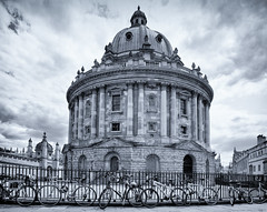 Radcliffe Camera, Oxford (Janet Marshall LRPS) Tags: radcliffecamera mono monochrome blackandwhite rotunda oxford railings bicycles round