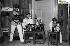 tm_4782 - Malmslätt, Östergötland 1942 (Tidaholms Museum) Tags: svartvit positiv interiör gruppfoto soldat vapen gevär malmslätt östergötland 1942