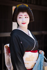 noble (byzanceblue) Tags: kyoto maiko geisha geiko kagai japan japanese woman girl female beauty cute beautiful 京都 kimono gion dance lovely 舞妓 舞踊 traditional kanzashi formal 祇園 black 花街 white color colour flower nikkor background people photo portrait professional lady lovery 芸妓 着物 bokeh red traditonal summer natural 祇園甲部 祇をん ぎをん fresh shadow 黒紋付 shirt tsurui