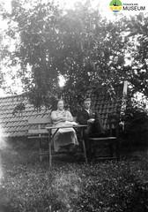 tm_4288 (Tidaholms Museum) Tags: svartvit positiv gruppfoto människor trädgård trädgårdsmöbler tak