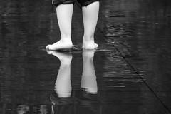 Reflections in a puddle / Reflets dans une flaque d'eau (CTfoto2013) Tags: monochrome scènederue streetshot panasonic lumix blancoynegro blackandwhite blancetnoir noiretblanc fontaine fountain millenniumpark chicago eau water reflets reflections pieds feet