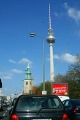 """Rote Werbetafel: """"Wie viel Prozent der Wessis waren noch nie im Osten? - Power of 10 - Schätz dich reich  mit Dirk Bach (†2012) - Die MillionenShow - ab 21.04."""" (photosucher) Tags: berlin fernsehturm plakat"""