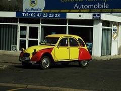 Citroën 2CV Amboise (37 Indre et Loire) 30-07-18a (mugicalin) Tags: 37 fujifilmfinepix fujifilmfinepixs1 finepix finepixs1 2018 2cv citroën2cv frenchcar classiccar twincylinder tweelingcilinder citroën citroëncar citroënclassic boxer boxermotor youngtimer smallcar flattwin jauneetrouge rougeetjaune yellowandred redandyellow 6 sb 10fav