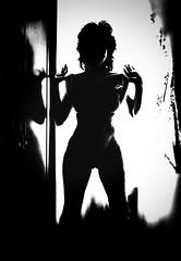 Me voy, en silencio, sin molestar. (elena m.d.) Tags: nikon 1855 elena monocromo texturas new girls retrato selfie