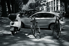 light&shadow 2018@Kö, Düsseldorf 4 (Amselchen) Tags: bicycle city street germany mono monochrome bnw blackandwhite light shadow bokeh blue dof depthoffield sony zeiss carlzeiss sonyilce7rm2 fe55mmf18za sonnart1855 sonnar5518za