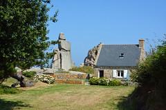 Pors-Scaff à Plougrescant (Côtes-d'Armor) FRANCE (Bernard P.) Tags: bretagne maison architecture rocher pelouse arbre france bleu nikon