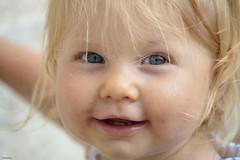 Émma (Katia Debray) Tags: fillette enfant mariage pluie marseille portrait yeuxbleus couleurs sourire poupée canon5dsr france bébé