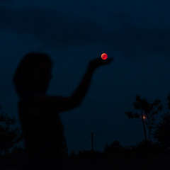 Eclipse de Lune, sans trucage (gaillardou) Tags: canon eclipse lune 27 juillet 2018 5d mark 3 amateur 70200mm f4 is ii ombre shadow rouge red night nuit femme woman