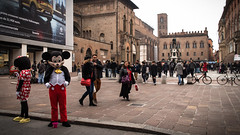 Disneyland, Bologna (1) (damar47) Tags: bologna street streetphotography citycenter pentax pentaxart pentaxian 21mm wideopen people streetstyle k30 streetlife urban italia italy emiliaromagna streetcolor colors colori walkingaround history disney strange surreal bizarre surreale couple coppia mickey minnie nettuno viarizzoli lightroom adobelightroom lr5 ricohpentax