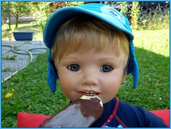Das schmeckt gut ! / That tastes good ! (ursula.valtiner) Tags: puppe doll künstlerpuppe masterpiecedoll luis eis icecream sommer summer sonne sun