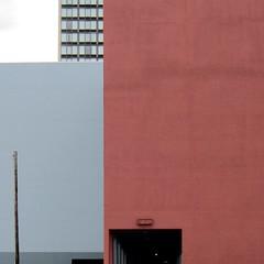 Farbfeldmalerei / Colour Field Painting (bartholmy) Tags: hartford ct wand wall fassade facade fenster windows einfahrt driveway mast pole minimal minimalism minimalismus minimalistisch abstrakt abstract