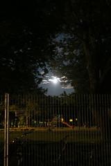 Pleine lune sur le parc... pour Flickr Friday. (nicoleforget) Tags: lune pleine clôture amusements parc flickr friday