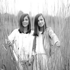 070 (rik.kiekens) Tags: twins sisters brunette 2girls girls beautifulgirls beautifuleyes cutegirls people portrait