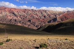 Humahuaca, El Hornocal (blauepics) Tags: argentina argentinien jujuy province provinz provincia nord north andes anden berge mountains landscape landschaft unesco world heritage site weltkulturerbe quebrade huamhuaca clouds wolken el hornocal 4350 m meter altitude höhe colours farben oxid red rot errosion
