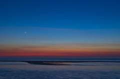 rencontre entre les éléments (Denis Vandewalle) Tags: moon lune planète conjonction mer sea ocean crépuscule night nuit nightscene skynight astronomy landscape paysage sky ciel